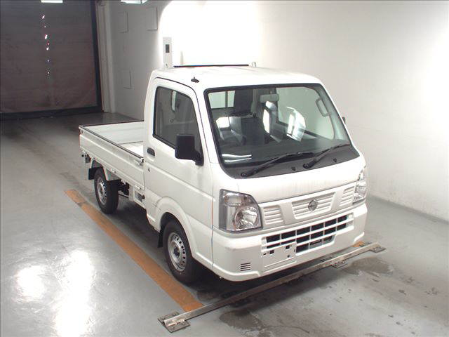 It is a picture of the white nissan nt100 clipper in 2018,First Photo Stock No.Y013925