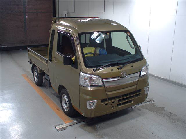 It is a picture of the  khaki  daihatsu hijet  in 2017,First Photo Stock No.Y015889