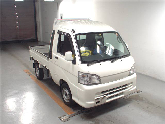 It is a picture of the white daihatsu hijet jumbo in 2013,First Photo Stock No.Y016066