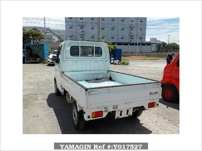 It is a picture of the white suzuki carry truck in 2004,Sub Photo 3 Stock No.Y017527
