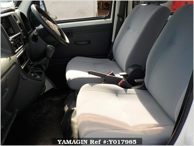 It is a picture of the white daihatsu hijet deck van in 2005,Sub Photo 9 Stock No.Y017985