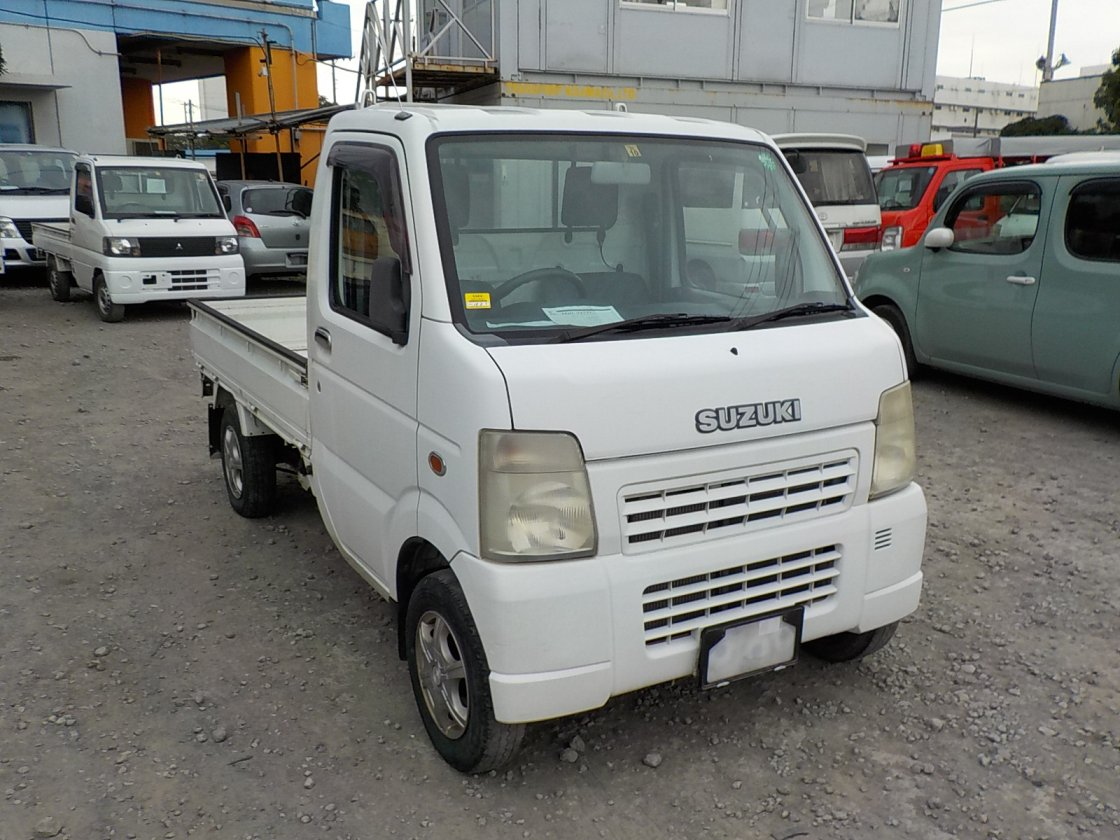 It is a picture of the white suzuki carry truck in 2002,First Photo Stock No.Y018124