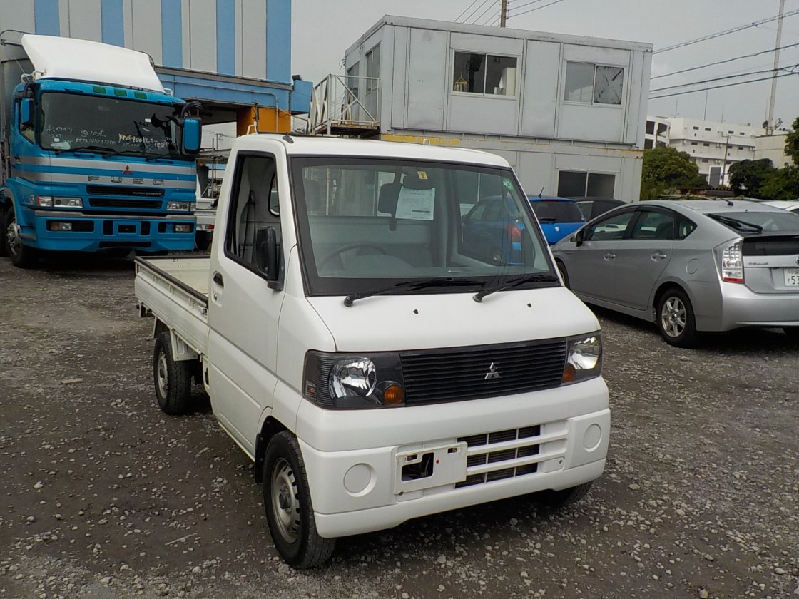 It is a picture of the white mitsubishi minicab truck in 2002,First Photo Stock No.Y018300