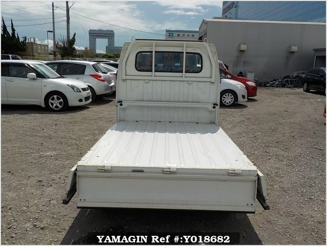 It is a picture of the white suzuki carry truck in 2007,Sub Photo 4 Stock No.Y018682