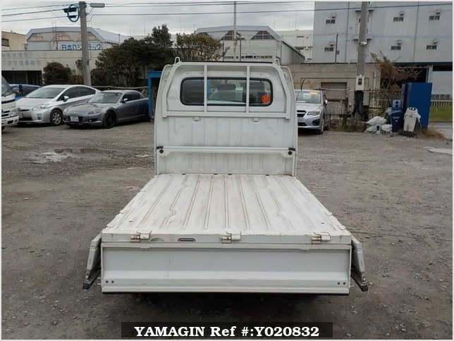 It is a picture of the white suzuki carry truck in 2005,Sub Photo 4 Stock No.Y020832