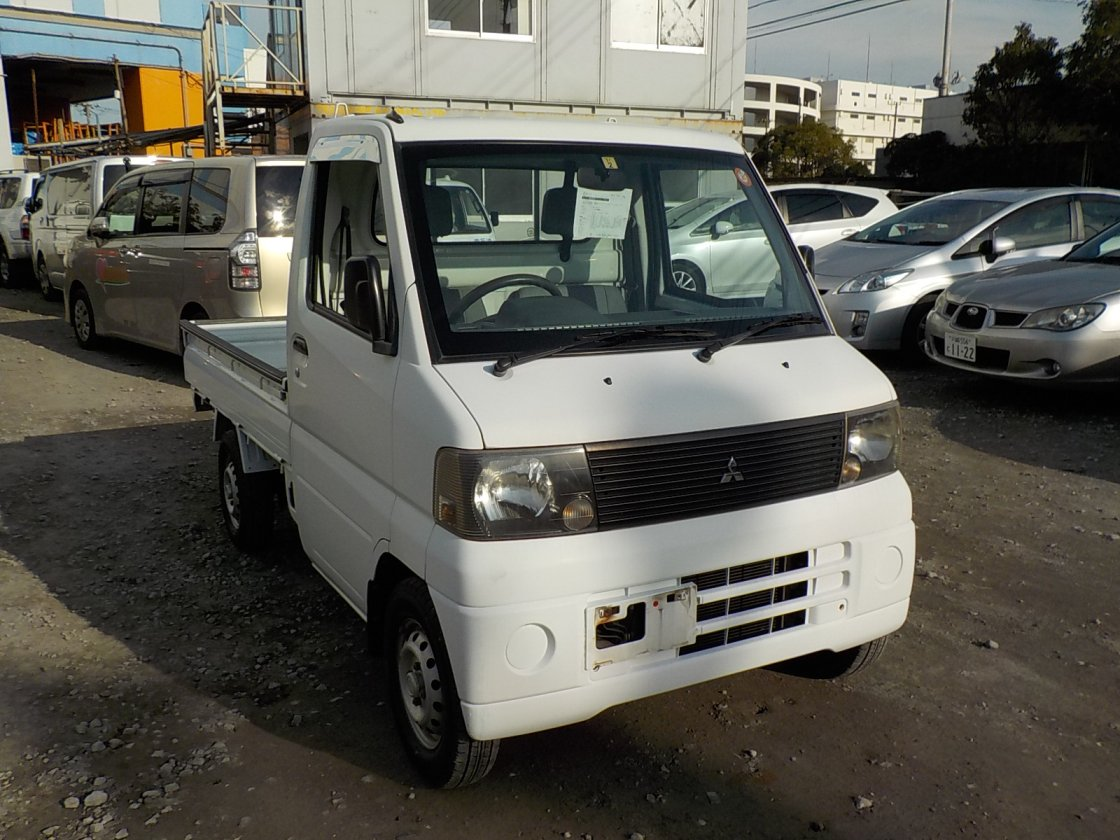 It is a picture of the white mitsubishi minicab truck in 2001,First Photo Stock No.Y020936