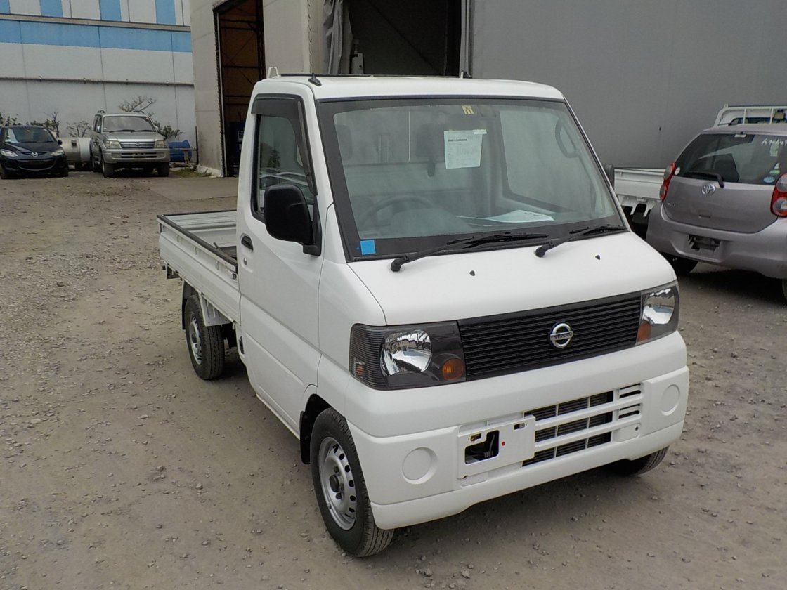 It is a picture of the white nissan clipper truck in 2004,First Photo Stock No.Y020937