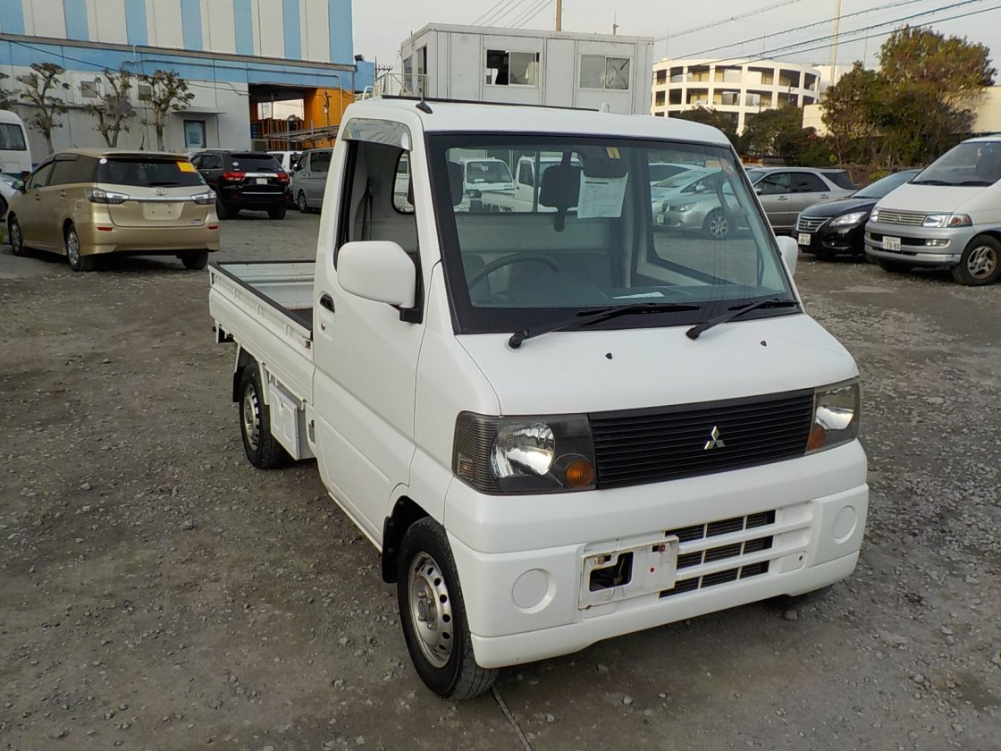 It is a picture of the white mitsubishi minicab truck in 2003,First Photo Stock No.Y020966