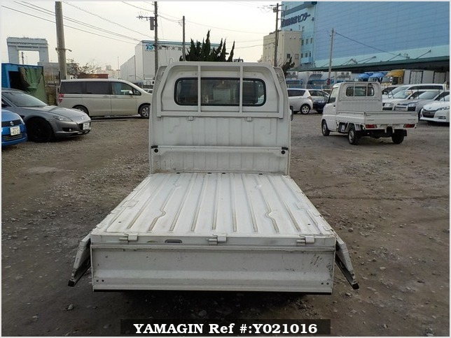 It is a picture of the white suzuki carry truck in 2007,Sub Photo 4 Stock No.Y021016