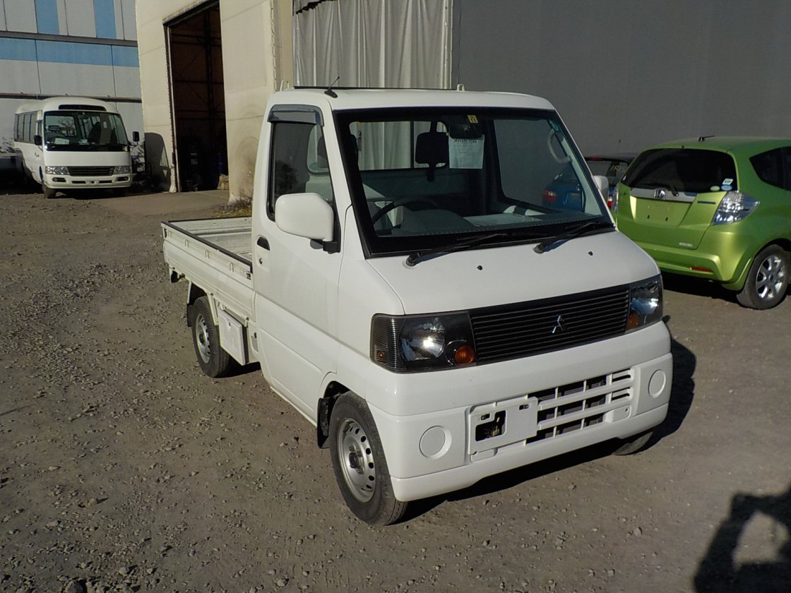 It is a picture of the white mitsubishi minicab  truck in 2002,First Photo Stock No.Y021079