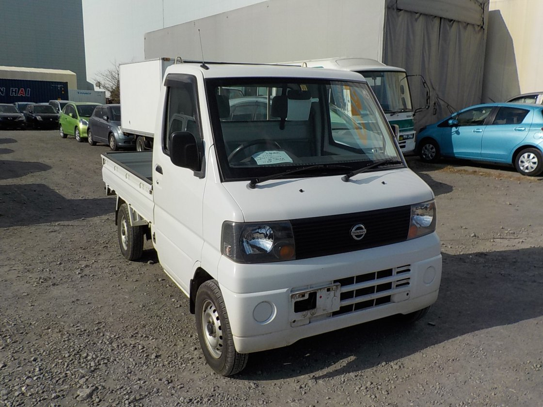 It is a picture of the white nissan clipper truck in 2003,First Photo Stock No.Y021103