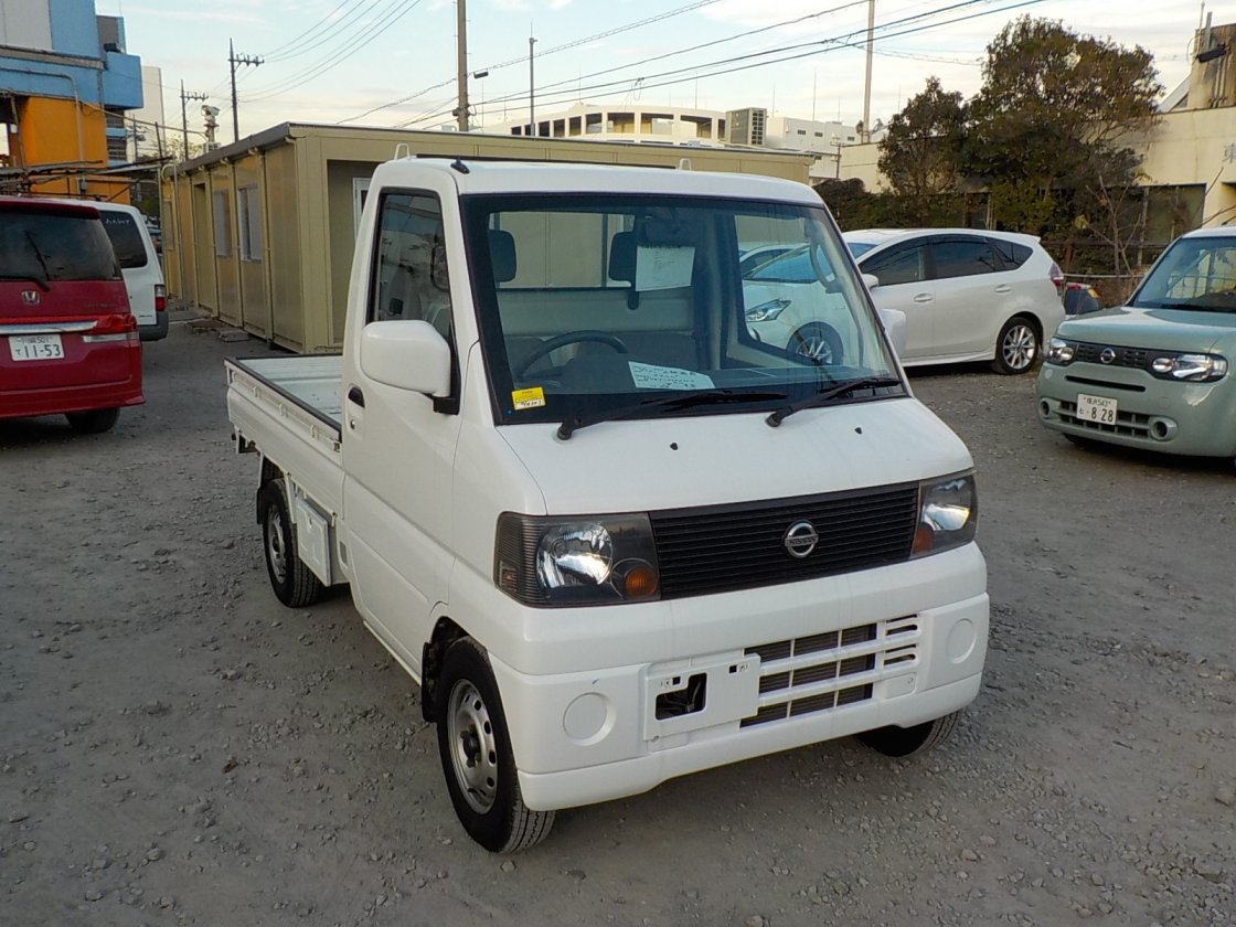 It is a picture of the white nissan clipper  truck in 2004,First Photo Stock No.Y021187