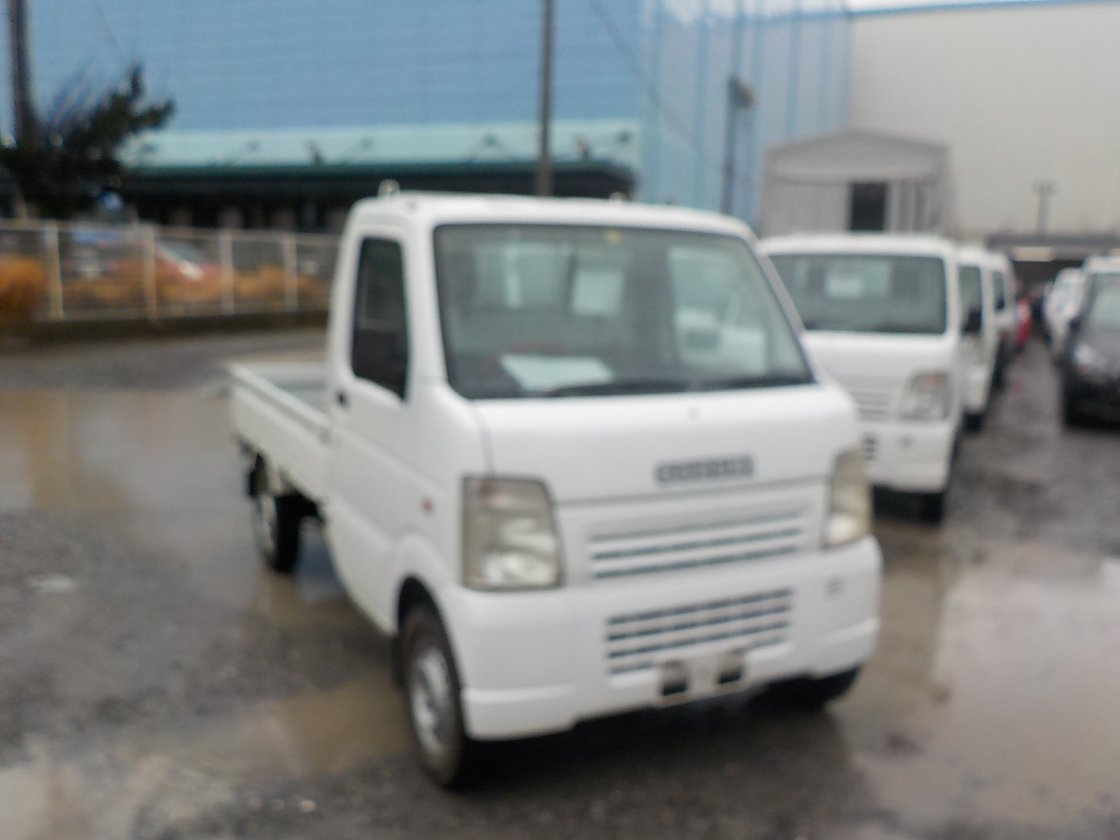 It is a picture of the white suzuki carry truck in 2005,First Photo Stock No.Y021586