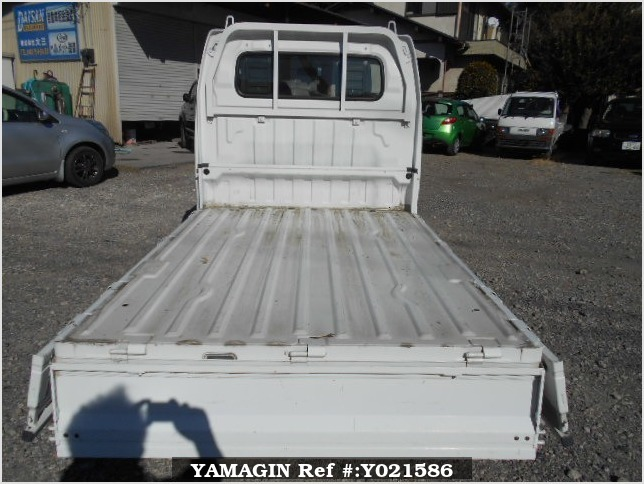 It is a picture of the white suzuki carry truck in 2005,Sub Photo 4 Stock No.Y021586