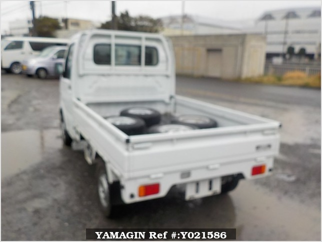 It is a picture of the white suzuki carry truck in 2005,Sub Photo 3 Stock No.Y021586