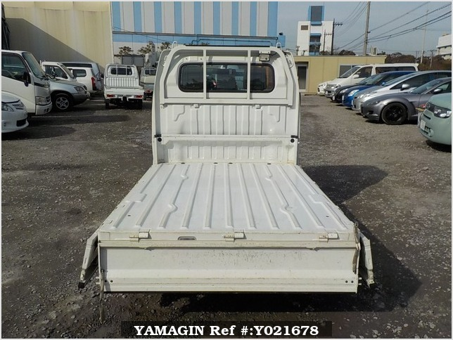 It is a picture of the white suzuki carry truck in 2003,Sub Photo 4 Stock No.Y021678