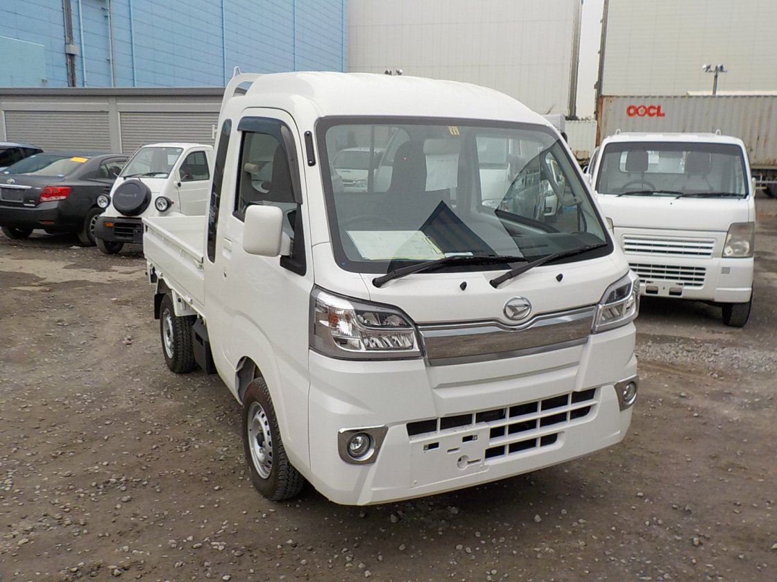 It is a picture of the white daihatsu hijet jumbo in 2017,First Photo Stock No.Y021679