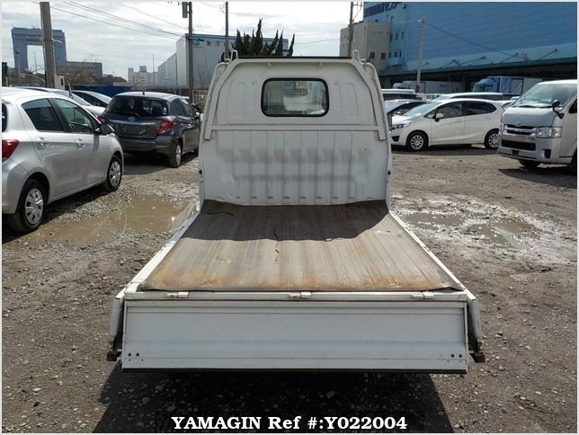 It is a picture of the white suzuki carry truck in 2001,Sub Photo 4 Stock No.Y022004