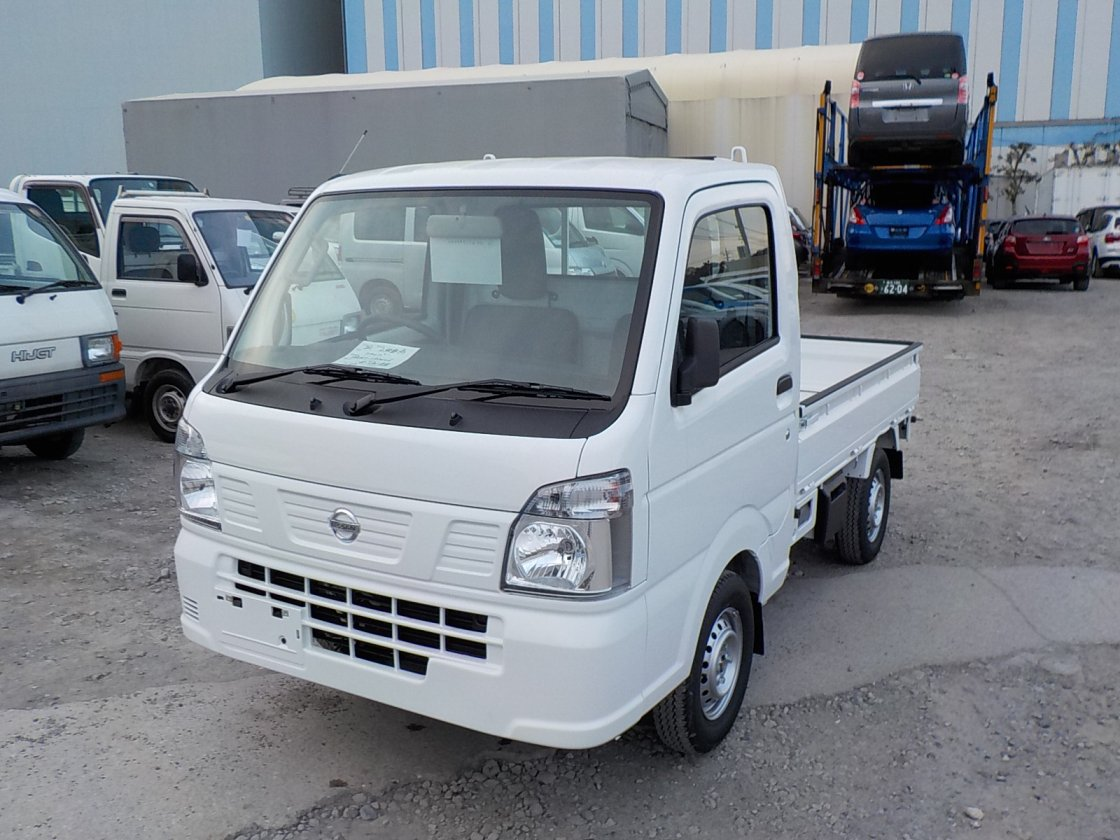 It is a picture of the white nissan nt100 clipper truck in 2019,First Photo Stock No.Y022155