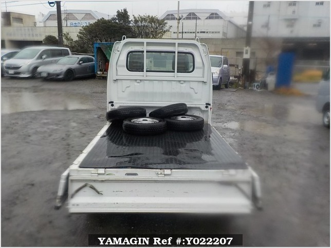 It is a picture of the white suzuki carry truck in 2005,Sub Photo 4 Stock No.Y022207
