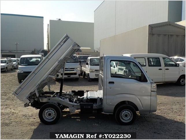 It is a picture of the silver daihatsu hijet dump in 2018,Sub Photo 0 Stock No.Y022230