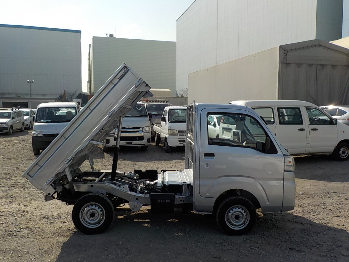 It is a picture of the silver daihatsu hijet dump in 2018,First Photo Stock No.Y022230
