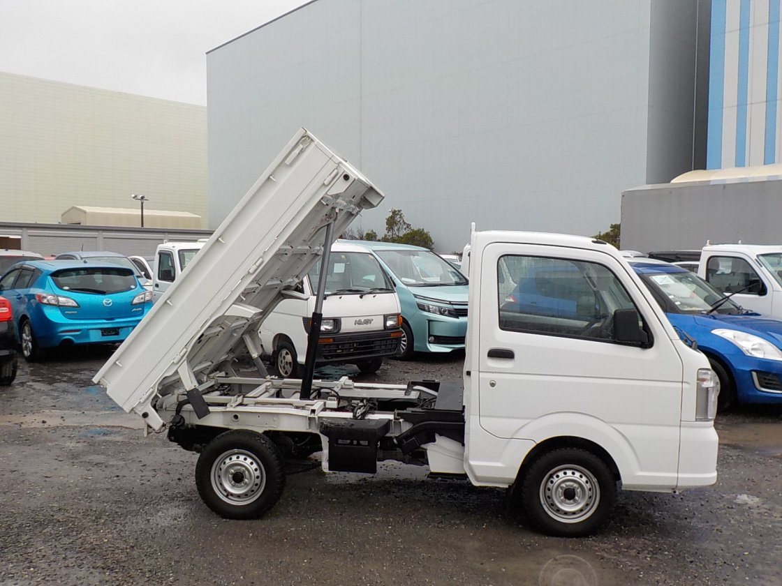 It is a picture of the white suzuki carry dump in 2014,First Photo Stock No.Y022366