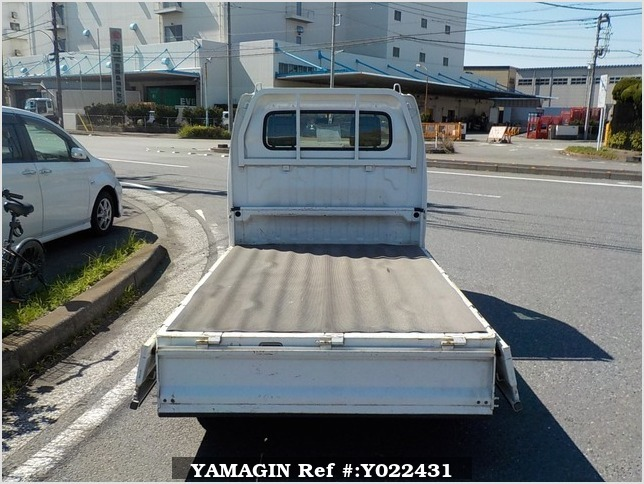 It is a picture of the white suzuki carry truck in 2005,Sub Photo 4 Stock No.Y022431