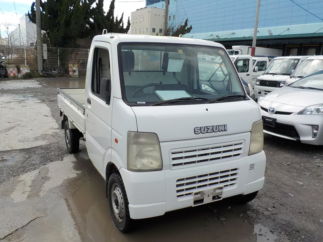 It is a picture of the white suzuki carry truck in 2003,First Photo Stock No.Y022470