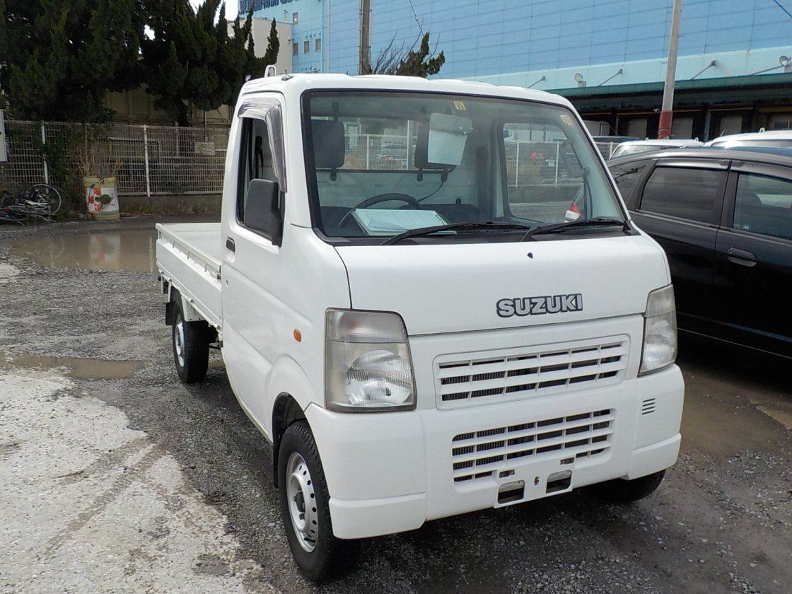 It is a picture of the white suzuki carry truck in 2004,First Photo Stock No.Y022477