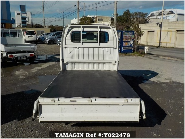 It is a picture of the white suzuki carry truck in 2006,Sub Photo 4 Stock No.Y022478