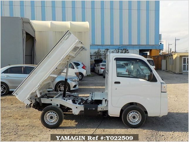 It is a picture of the white daihatsu hijet dump in 2019,Sub Photo 0 Stock No.Y022509