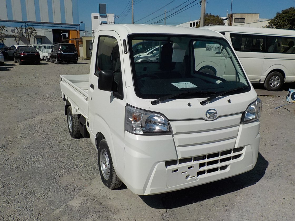 It is a picture of the white daihatsu hijet  truck in 2018,First Photo Stock No.Y022531