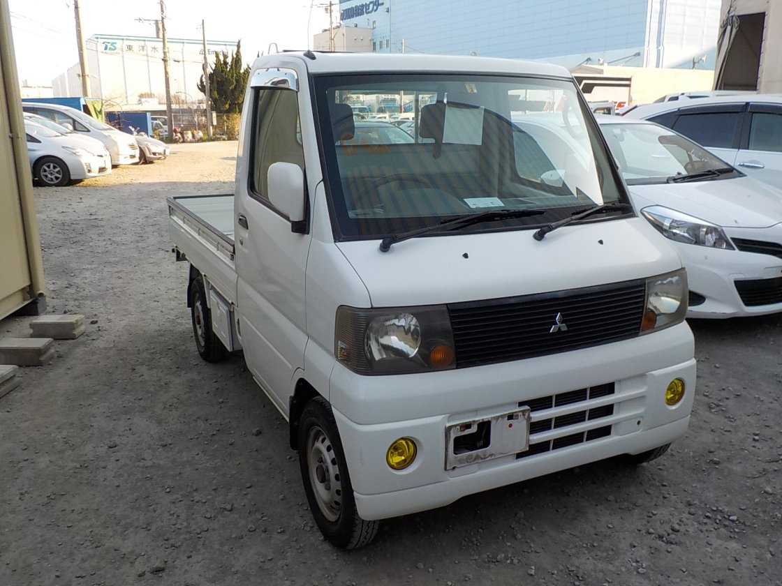 It is a picture of the white mitsubishi minicab truck truck in 2003,First Photo Stock No.Y022599