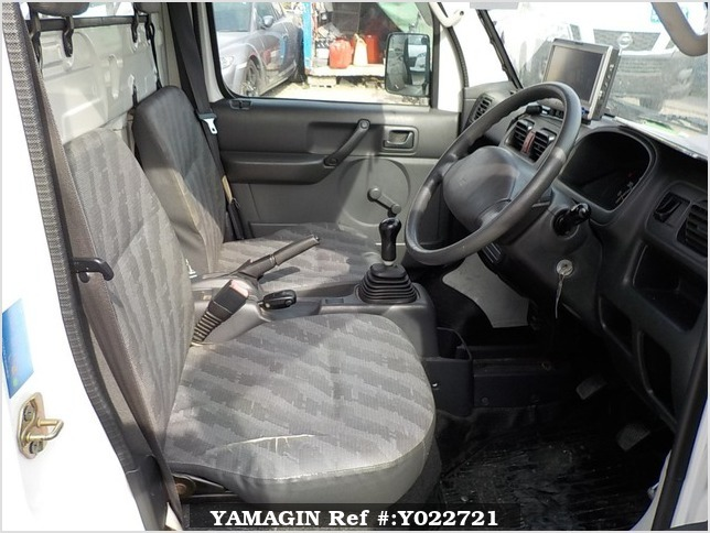 It is a picture of the white suzuki carry truck in 2004,Sub Photo 9 Stock No.Y022721