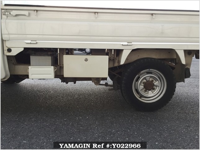 It is a picture of the white suzuki carry truck in 1993,Sub Photo 21 Stock No.Y022966