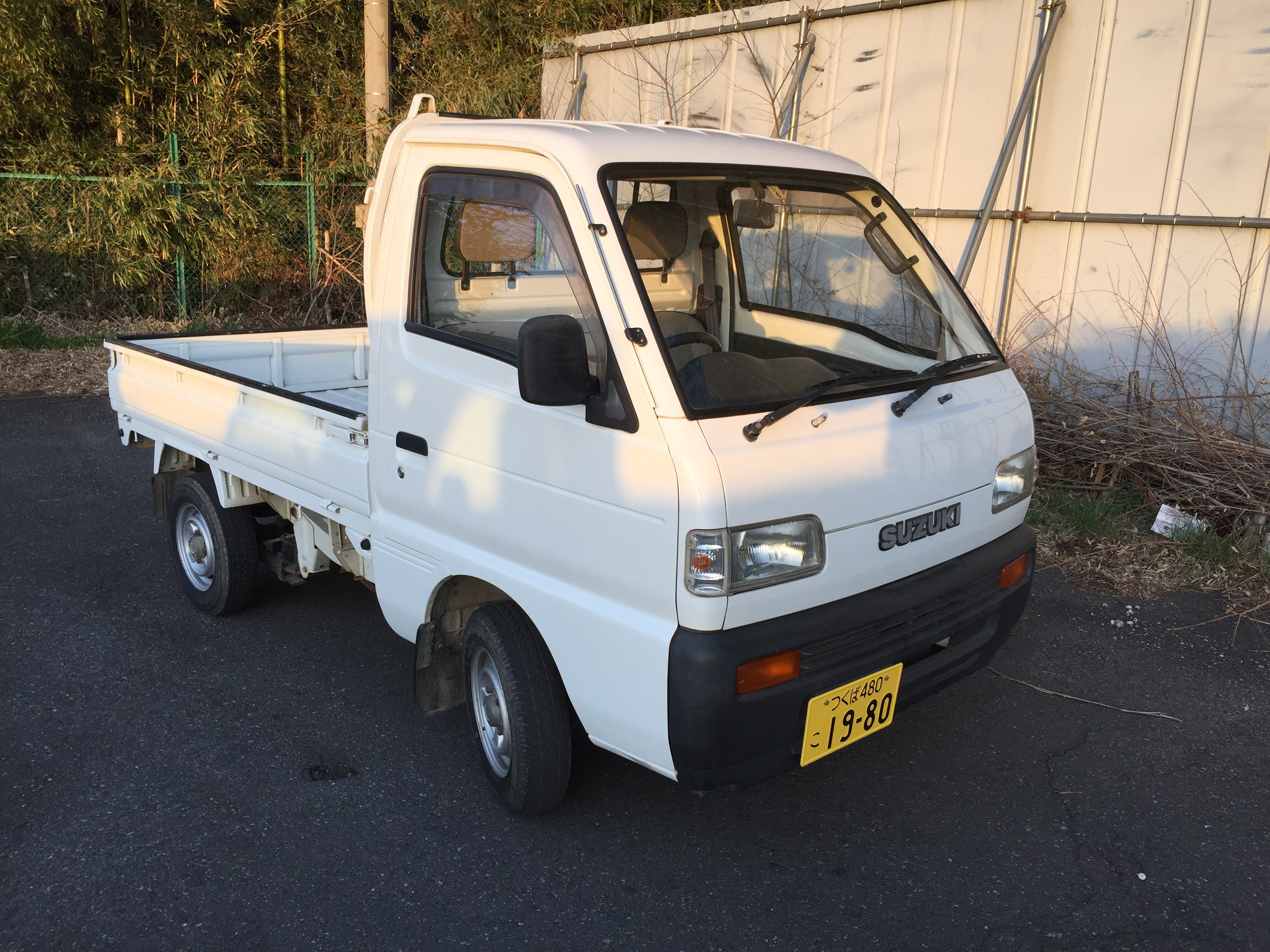 It is a picture of the white suzuki carry truck in 1993,First Photo Stock No.Y022966