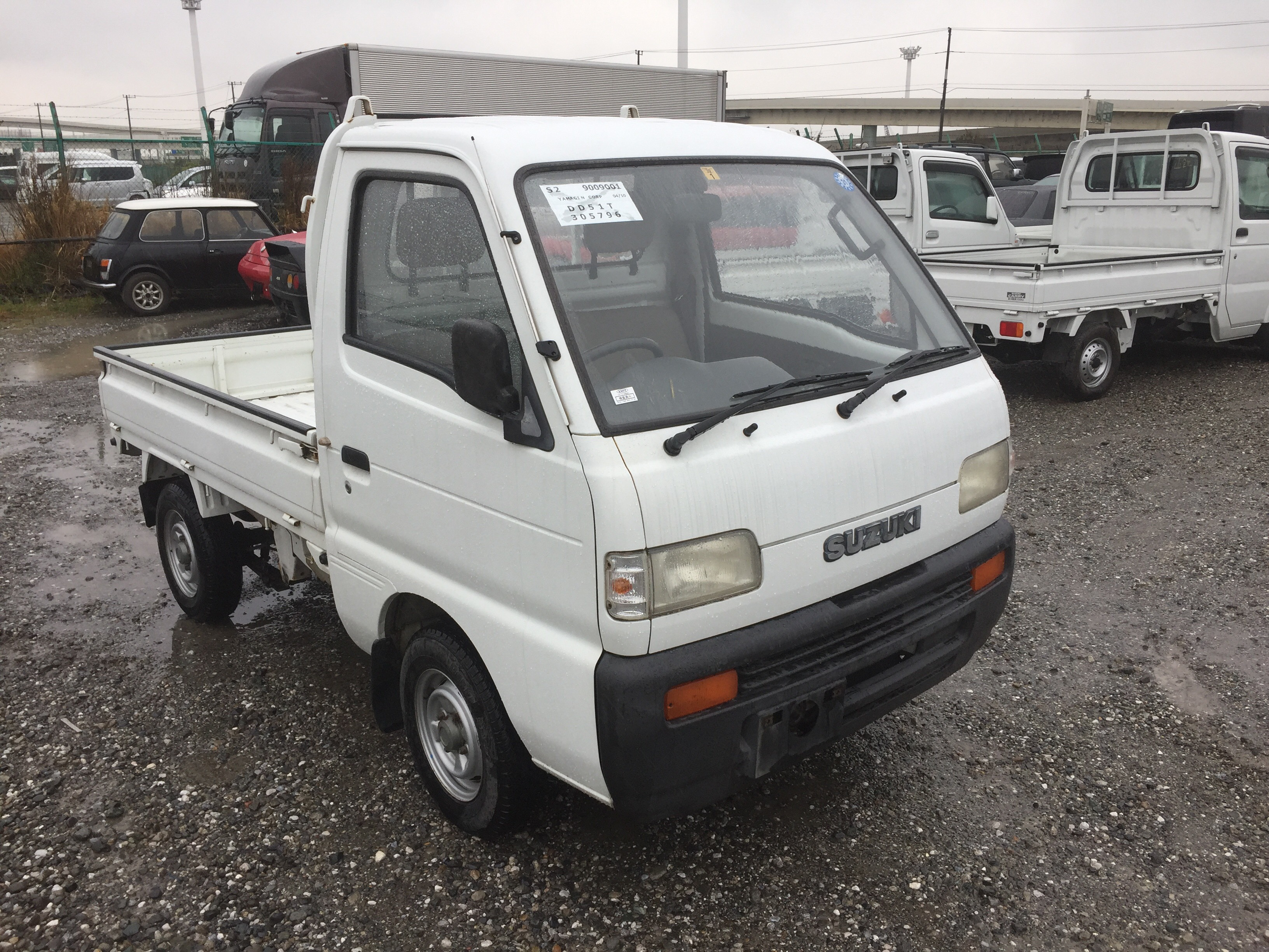 It is a picture of the white suzuki carry truck in 1994,First Photo Stock No.Y023129