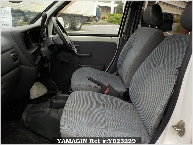 It is a picture of the white daihatsu hijet deck van in 2004,Sub Photo 11 Stock No.Y023229