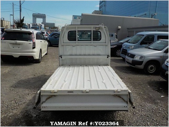 It is a picture of the white suzuki carry truck in 2003,Sub Photo 4 Stock No.Y023364