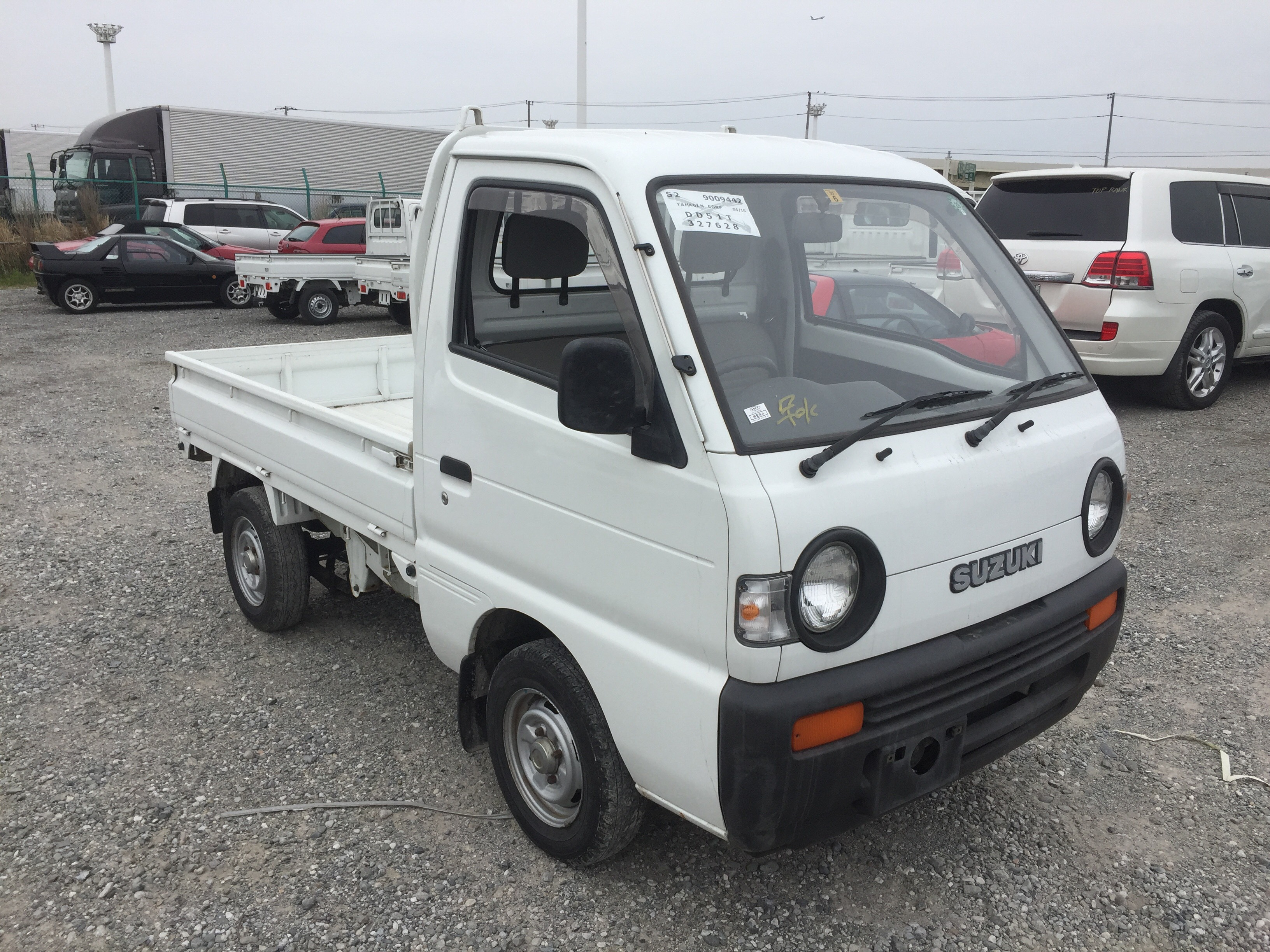 It is a picture of the white suzuki carry truck in 1994,First Photo Stock No.Y023385
