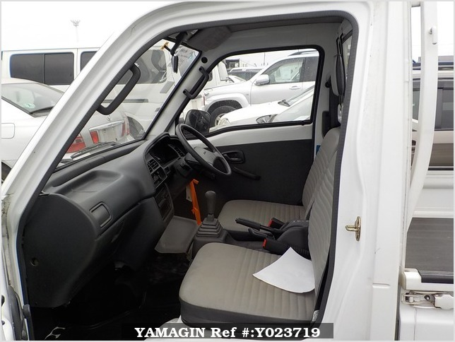 It is a picture of the white suzuki carry truck in 1994,Sub Photo 6 Stock No.Y023719