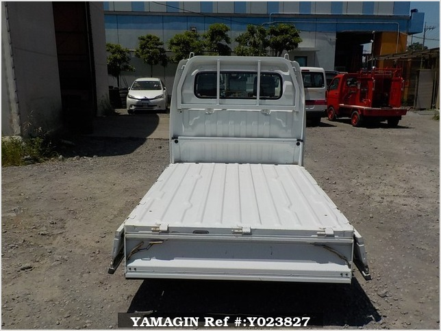 It is a picture of the white suzuki carry truck in 2005,Sub Photo 4 Stock No.Y023827