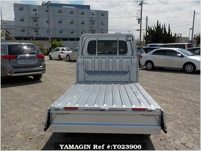 It is a picture of the silver daihatsu hijet truck in 2019,Sub Photo 4 Stock No.Y023906