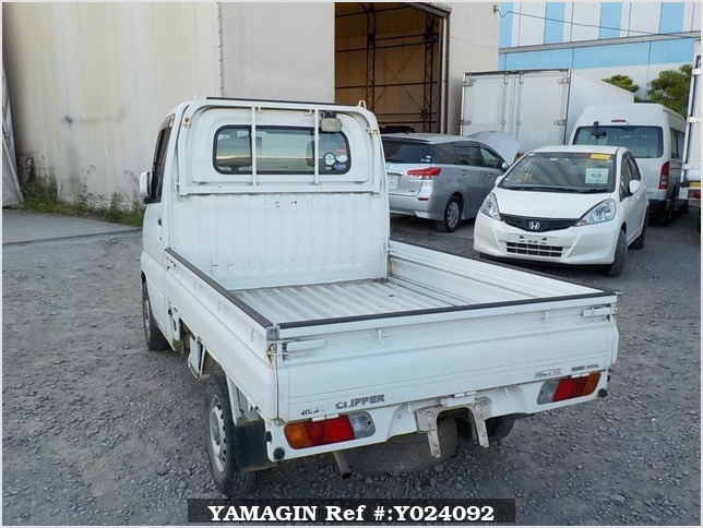 It is a picture of the white nissan clipper truck in 2004,Sub Photo 3 Stock No.Y024092