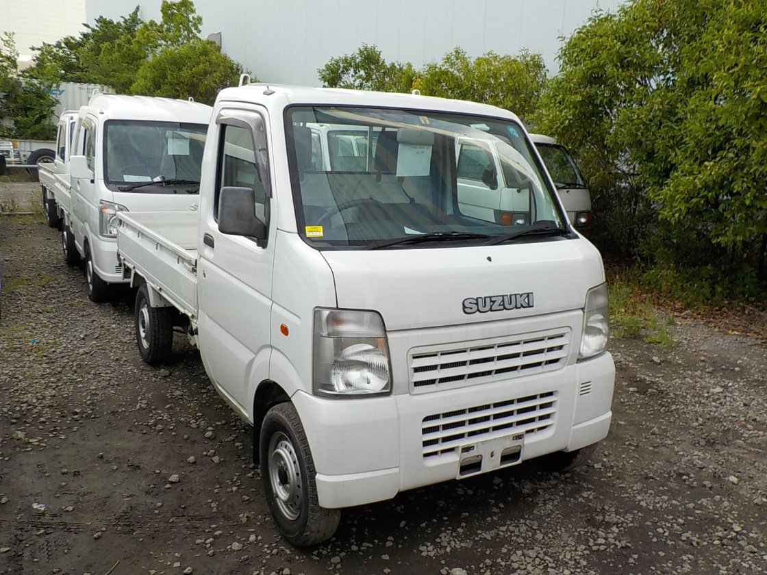 It is a picture of the white suzuki carry truck in 2003,First Photo Stock No.Y024118