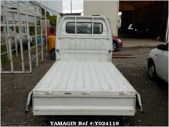 It is a picture of the white suzuki carry truck in 2003,Sub Photo 4 Stock No.Y024118