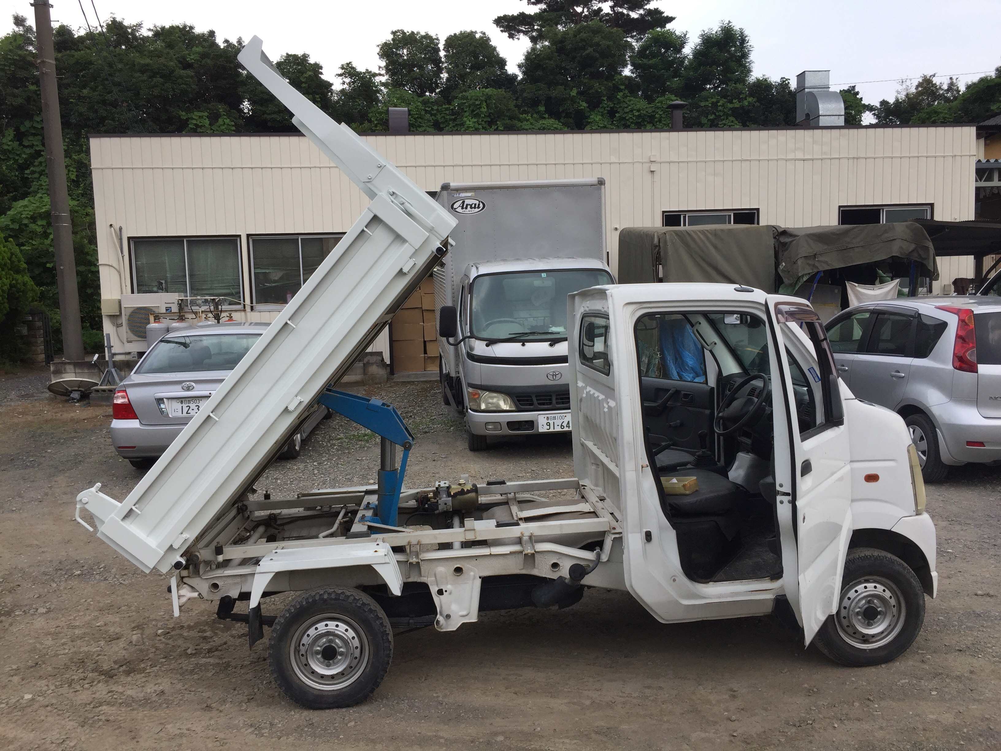 It is a picture of the white suzuki carry dump in 2004,First Photo Stock No.Y024349