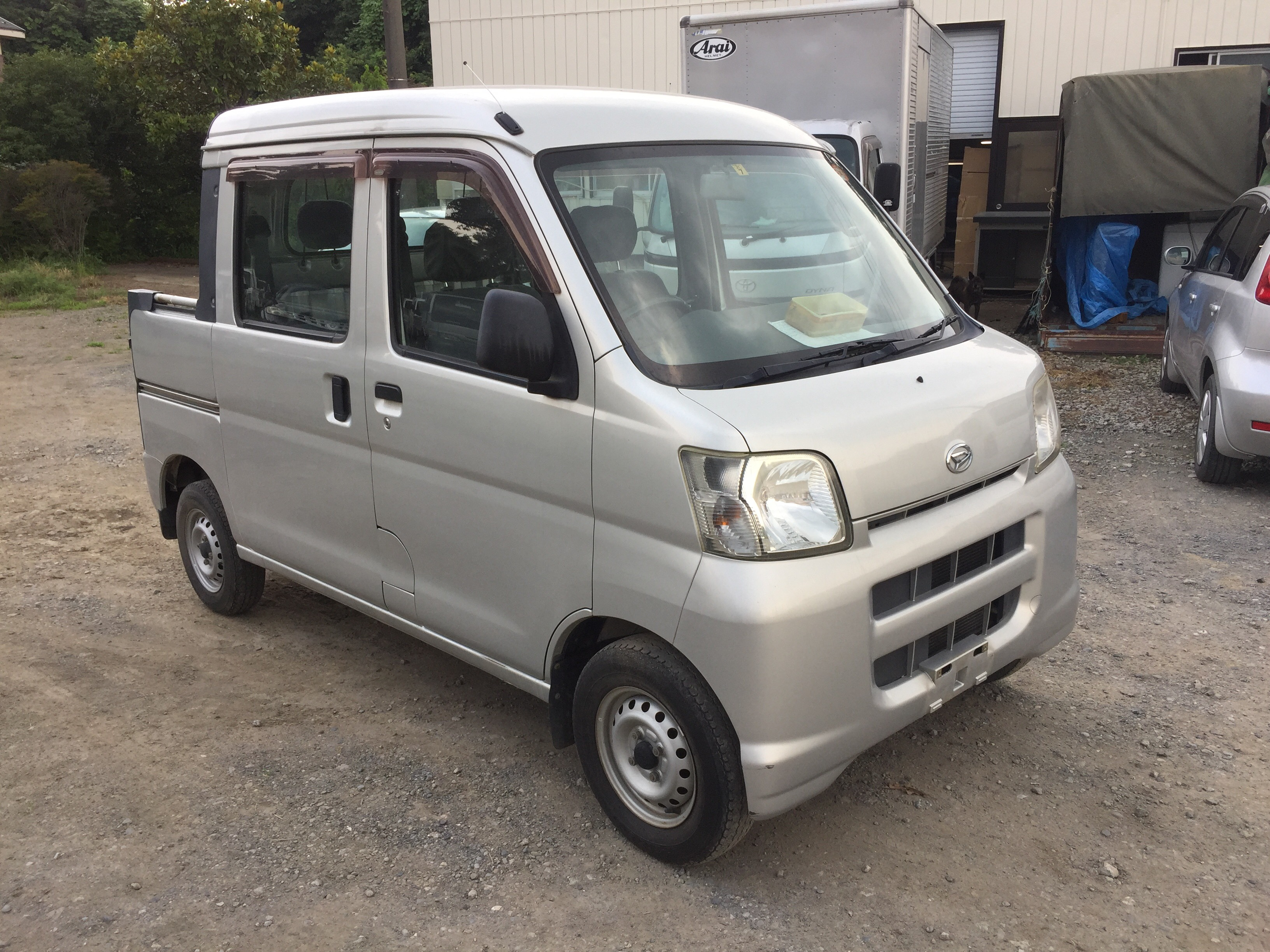 It is a picture of the silver daihatsu hijet deck van in 2005,First Photo Stock No.Y024490
