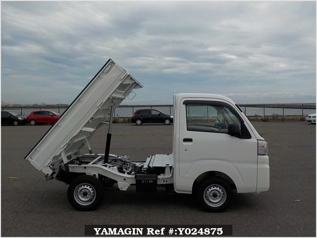 It is a picture of the white daihatsu hijet dump in 2019,Sub Photo 0 Stock No.Y024875